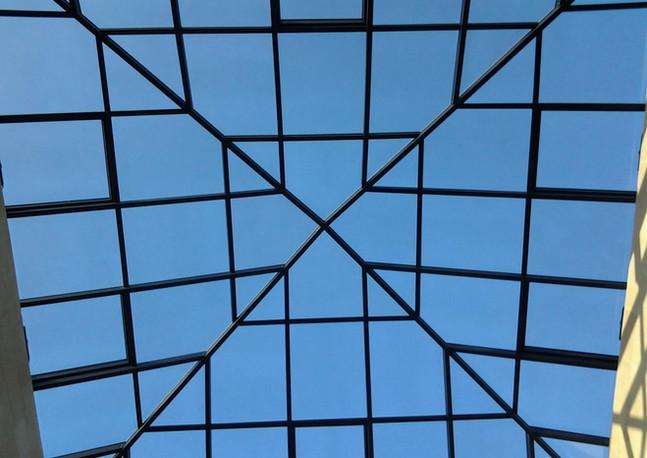 פירמידה עם חלונות לשחרור עשן