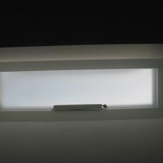 כיפת תאורה נפתחת חשמלית בגוון חלבי