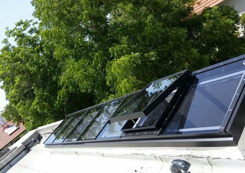 סקיילייט חד שיפועי קבוע עם חלון חשמלי נפתח