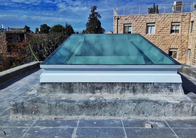 חלון גג סקיילייט על שיפוע בטון