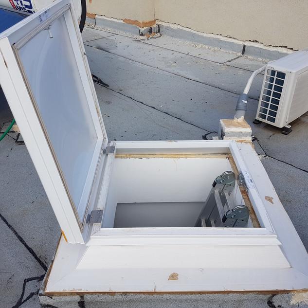 כיפת תאורה נפתחת 90 מעלות ליציאה לגג