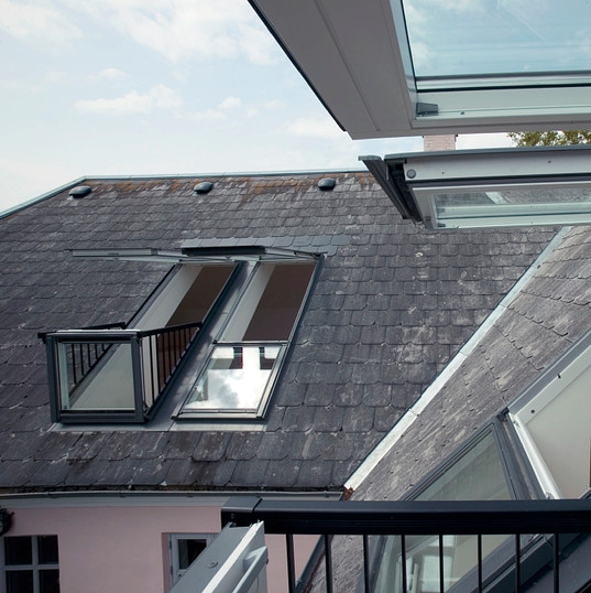 חלון גג נפתח למרפסת