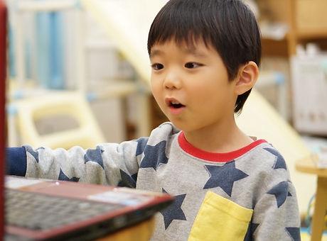 パソコンに向かう男の子.jpg