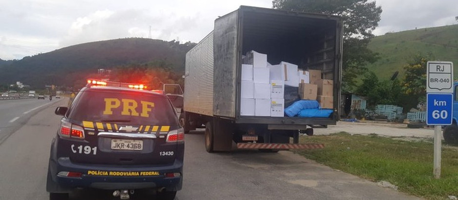 PRF apreende quase 16 mil pares de calçados falsificados na BR-040, em Petrópolis, no RJ