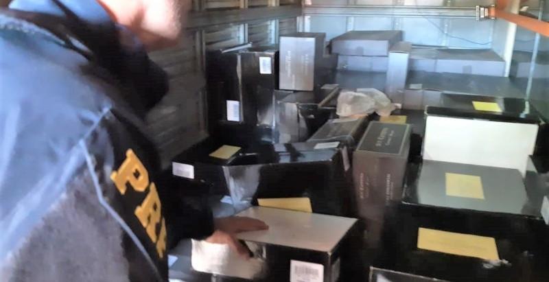 Polícia apreende carga com mais de 2 mil garrafas de vinho argentino sem nota fiscal em caminhão-baú