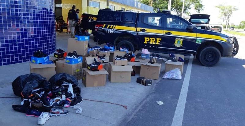 PRF apreende em Santa Maria/RN 200 pares de calçados falsificados e 10 aves abatidas