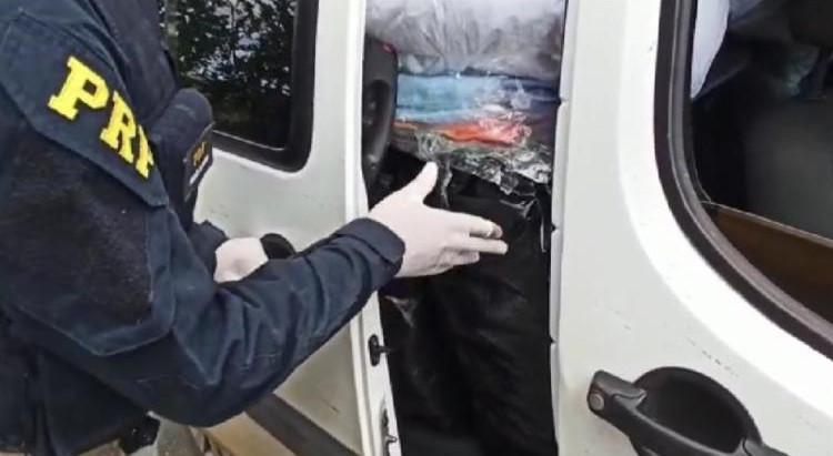 Polícia apreende carregamento com quase 600 roupas falsificadas de grifes internacionais