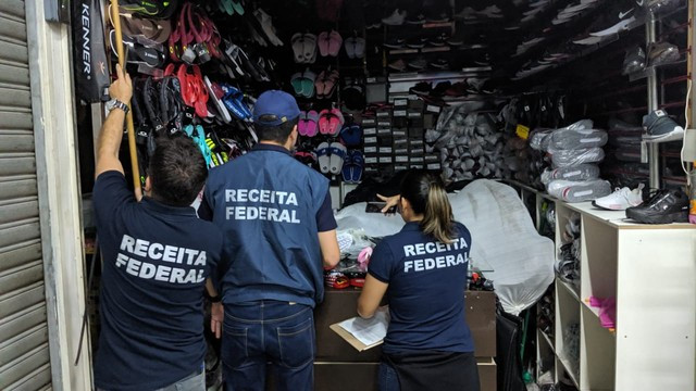 Receita Federal e prefeitura fazem operação em shopping popular de SP contra produtos falsificados