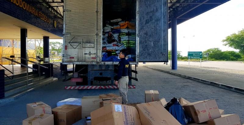 PRF apreende dezenas de mercadorias falsificadas em caminhão no Sertão de Alagoas