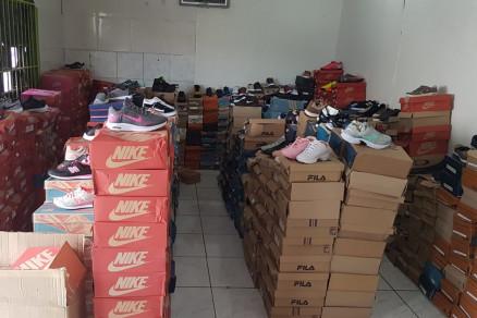 Polícia apreende mais de 500 tênis falsificados em loja de Cuiabá.