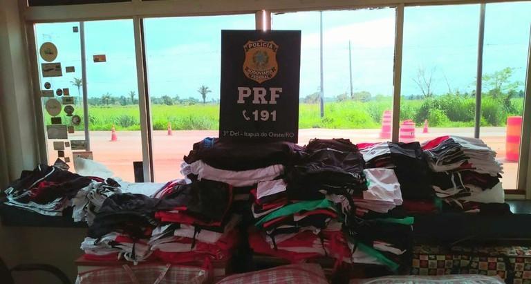 Em Itapuã do Oeste/RO, PRF identifica quase 1000 peças de vestuário transportadas sem nota fiscal