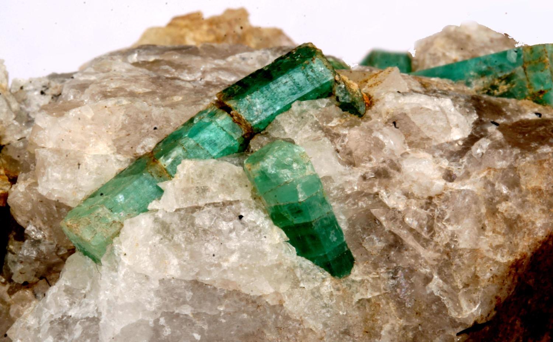 Кристаллы изумруда на породе