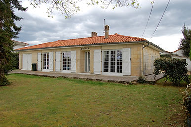 Maison de plain-pied avec garage sur joli terrain arboré de plus de 1000 m2