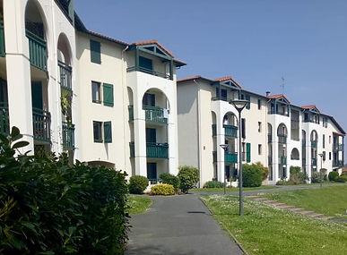 Grand T2 avec petite terrasse, cellier et parking
