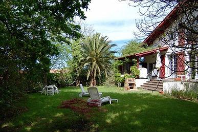Maison traditionnelle familiale avec beau jardin