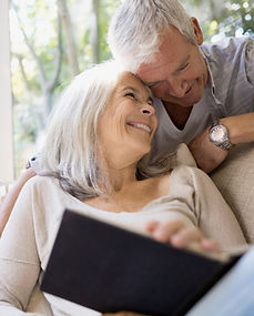 étreintes senior couple