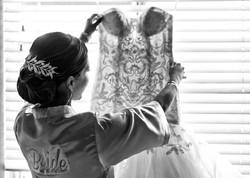 Fotografia de Boda - novia viendo su vestido