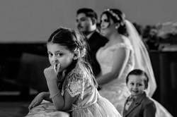 Fotografia de Boda - Foto de niña sacandose el moco en la misa