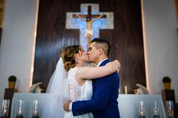 Fotografia de Boda - Foto del beso de los novios en la iglesia