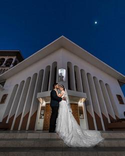 Fotografia de Boda - Foto de los novios posando afuera de la iglesia