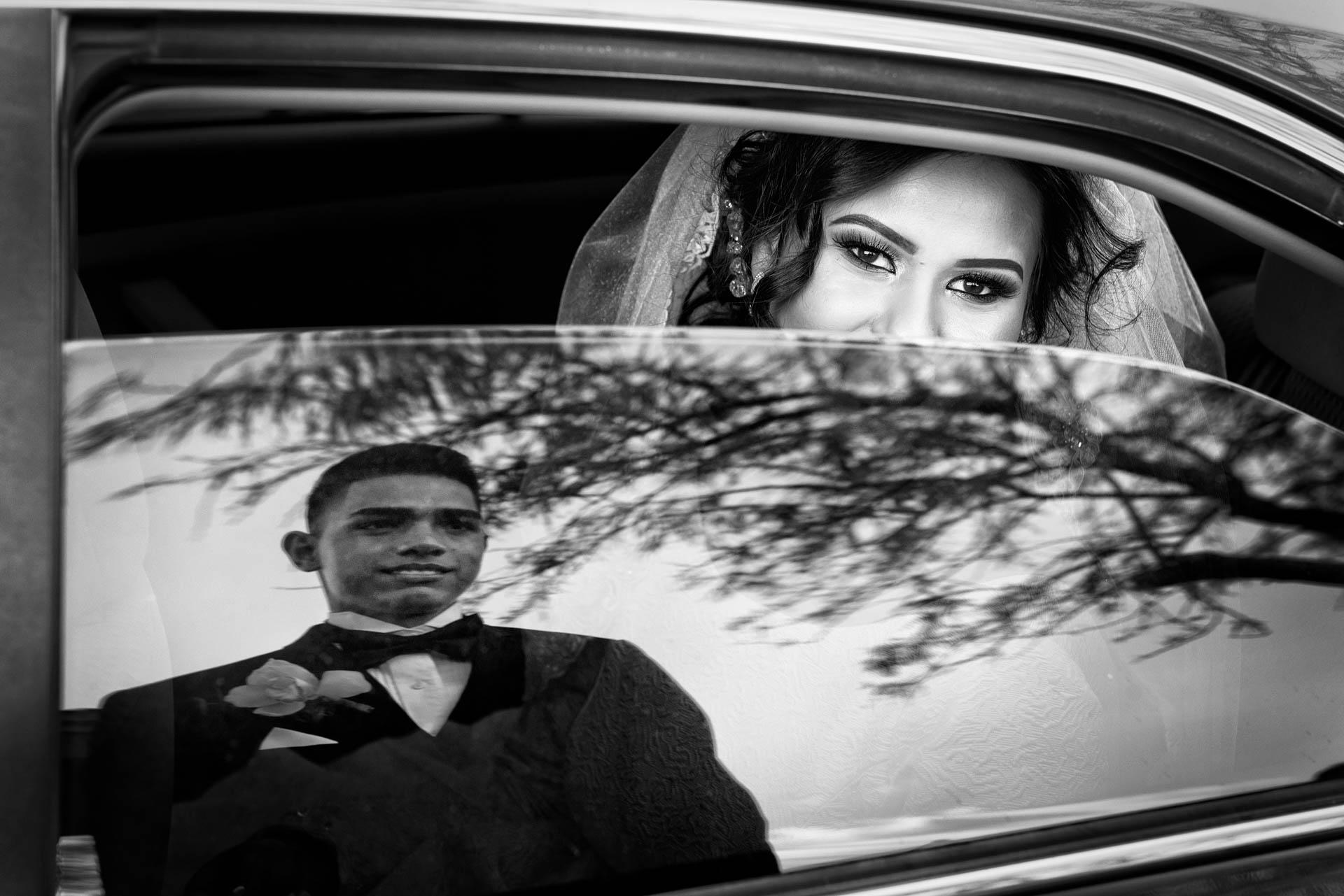 Fotografia de Boda - foto del reflejo del novio viendo a la novia