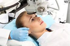 Especialista en cirugía refractiva, córnea y presbicia