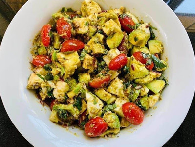 AVOCADO & MOZZARELLA SALAD