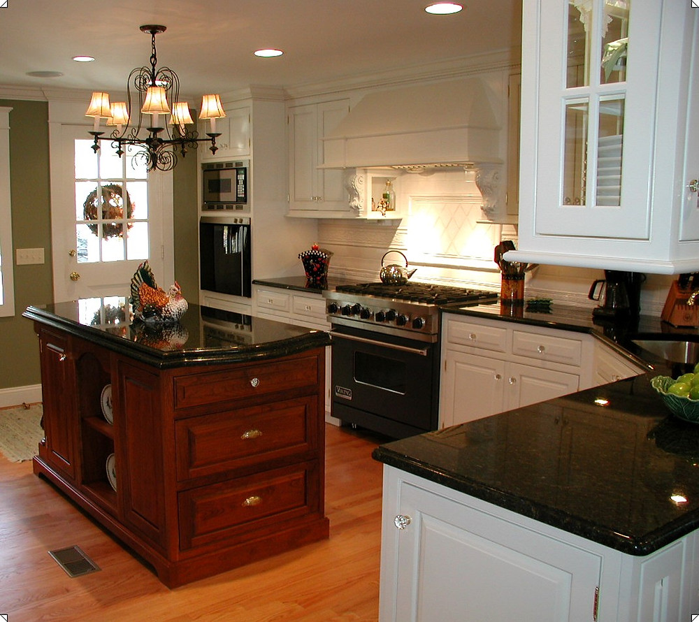 Traditional two-tones kitchen with contrasting cabinetry