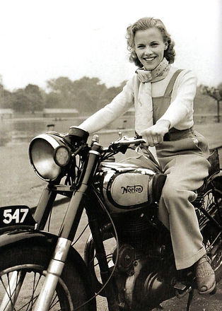 femme-moto-ancienne-facebook-730x1024.jpg