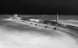 Pier in bianco e nero di notte