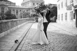 Ein Brautpaar tanzt in Wien