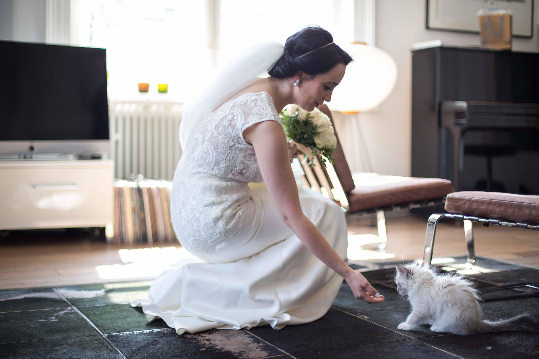 Braut spielt mit einer süßen Katze