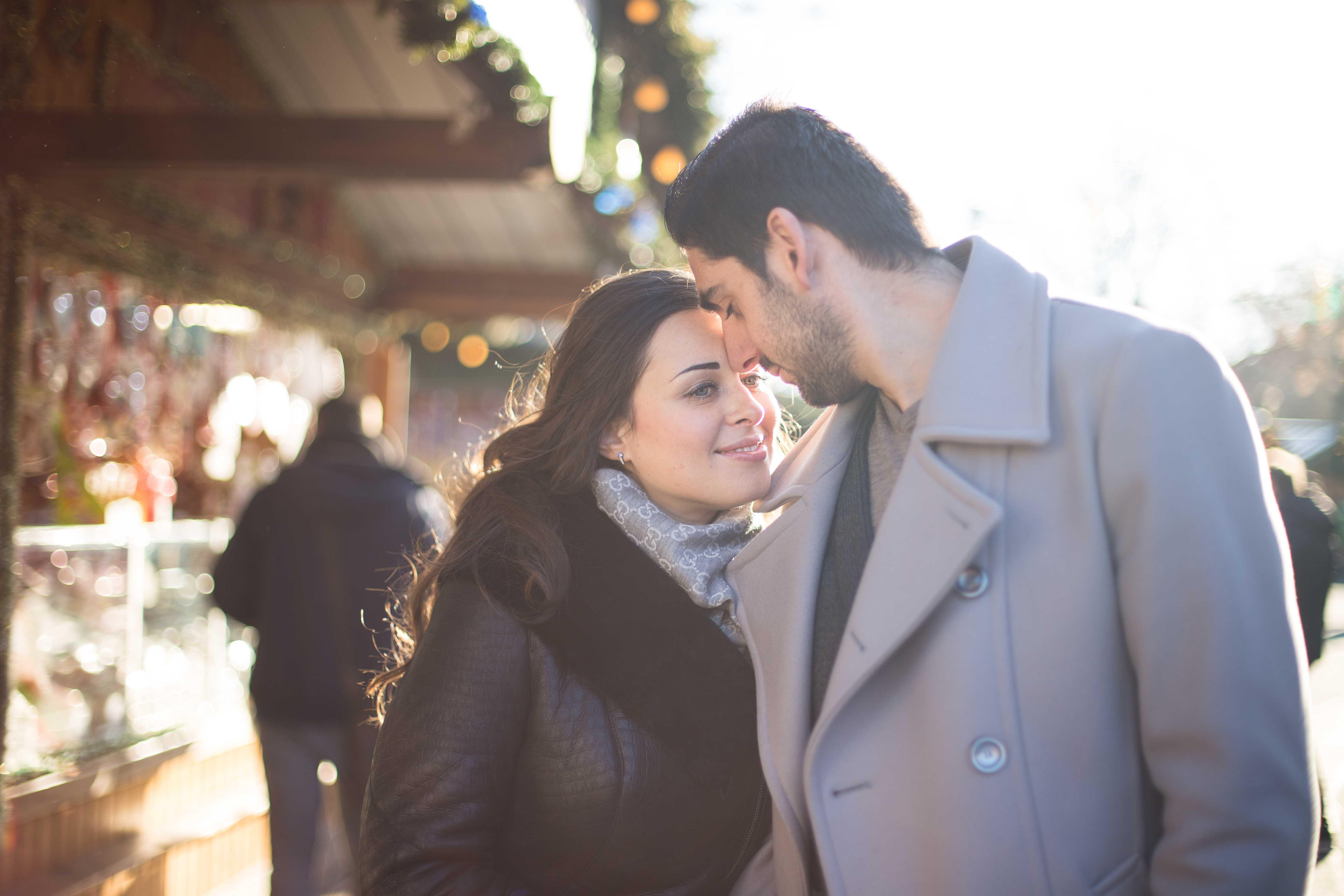 Glückliche Paar in Christkindlmarkt