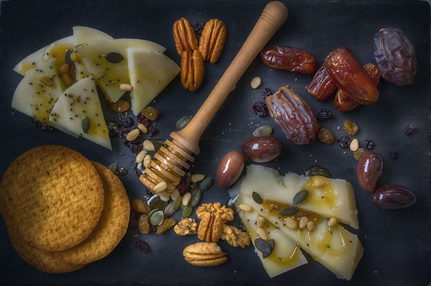 crackers-dates-delicious-food-1152276 (1