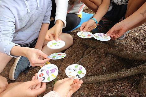 Kinder und Jugendliche spielen