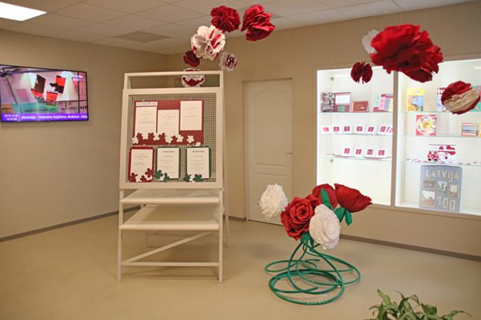 Foajē telpā izvietotas bērnu izveidotas dekorācijas