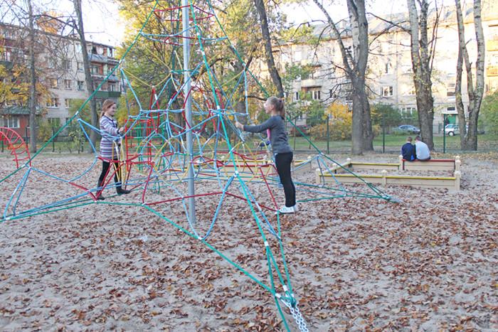 Bērni skolas teriatorijā var nodarboties ar fiziskām aktivitātēm
