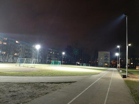 Sporta nodarbības skolas laukumā tagad jaunā apgaismojumā