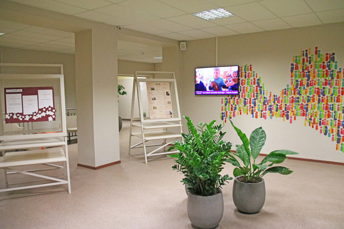 Skolas ēkas foajē novietots TV ekrāns, kurā raida RSIPS veidotos video materiālus par skolu