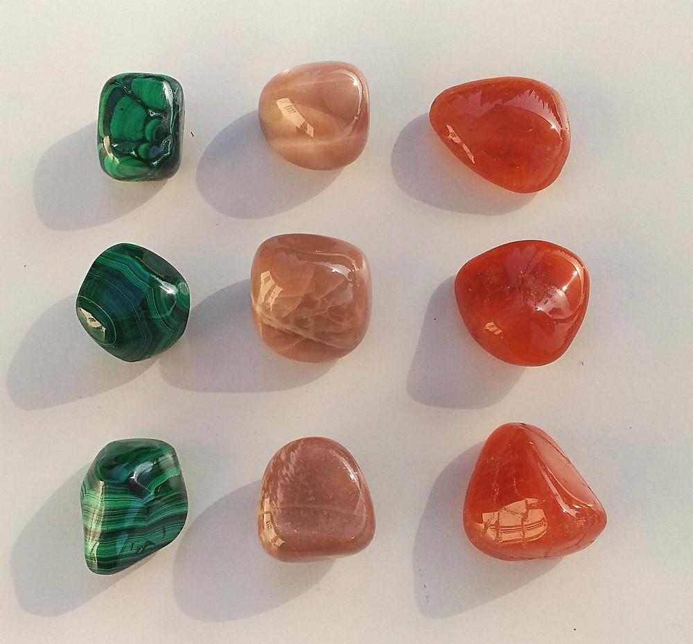 Trois pierres aux énergies féminines pour se reconnecter au féminin sacré et équilibrer les énergies Yin et Yang. Pierre de lune, cornaline et malachite.