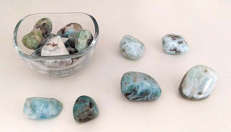Pierre du chakra turquoise (thymus) le larimar favorise le lâcher-prise, l'acceptation des émotions négatives.