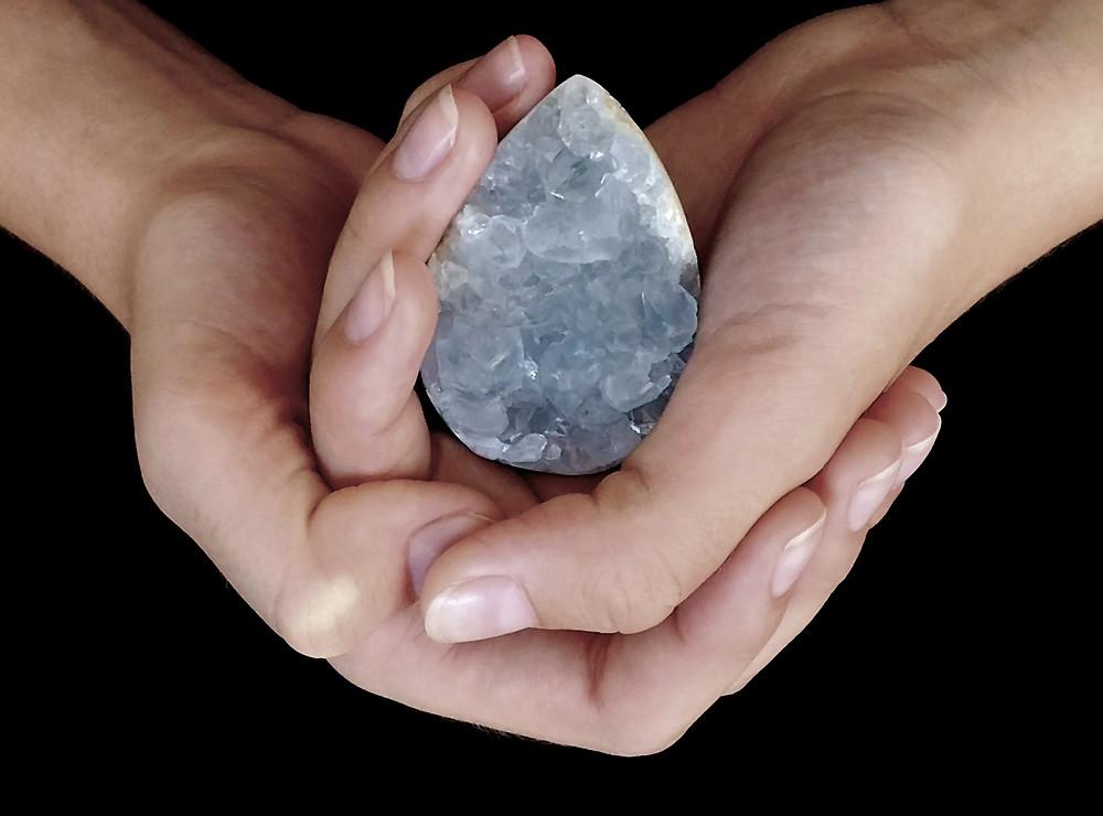 Vertus et propriétés de la Célestine, pierre de l'expression de soi. En lithothérapie pierre du chakra de la gorge. la célestite convient aux enfants.