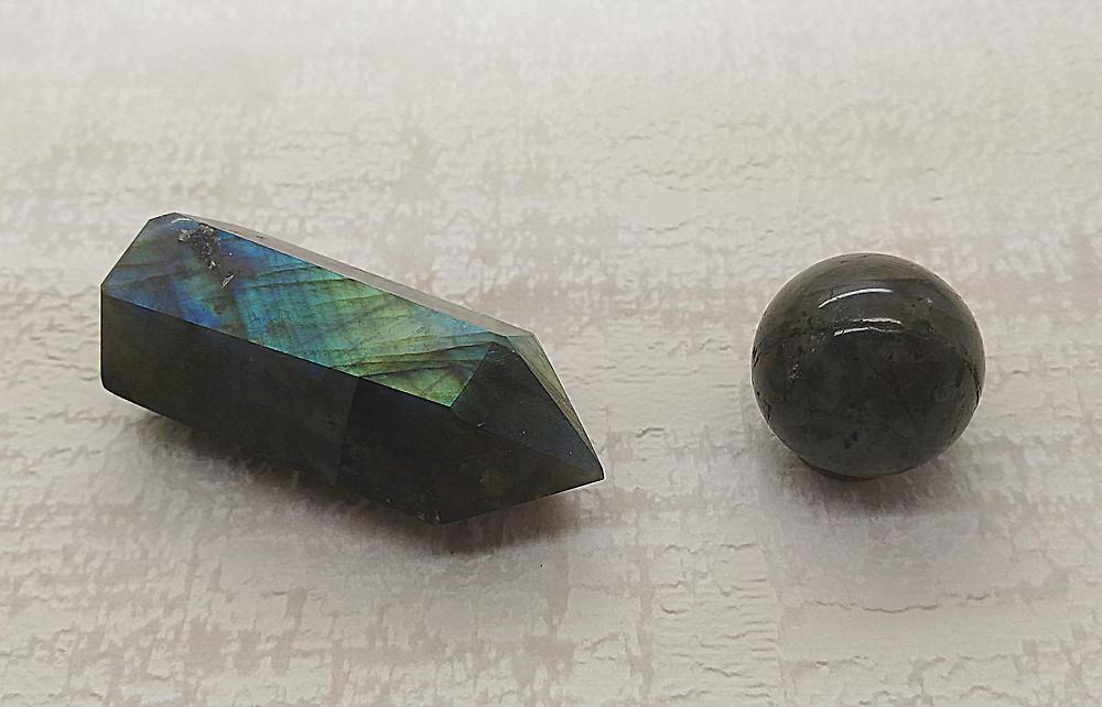 Labradorite. Labradorite pointe polie. Labradorite pierre d'ancrage et de protection.