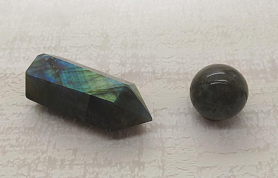 Labradorite pierre roulée, pierre polie, pointe et sphère pour lithothérapie.