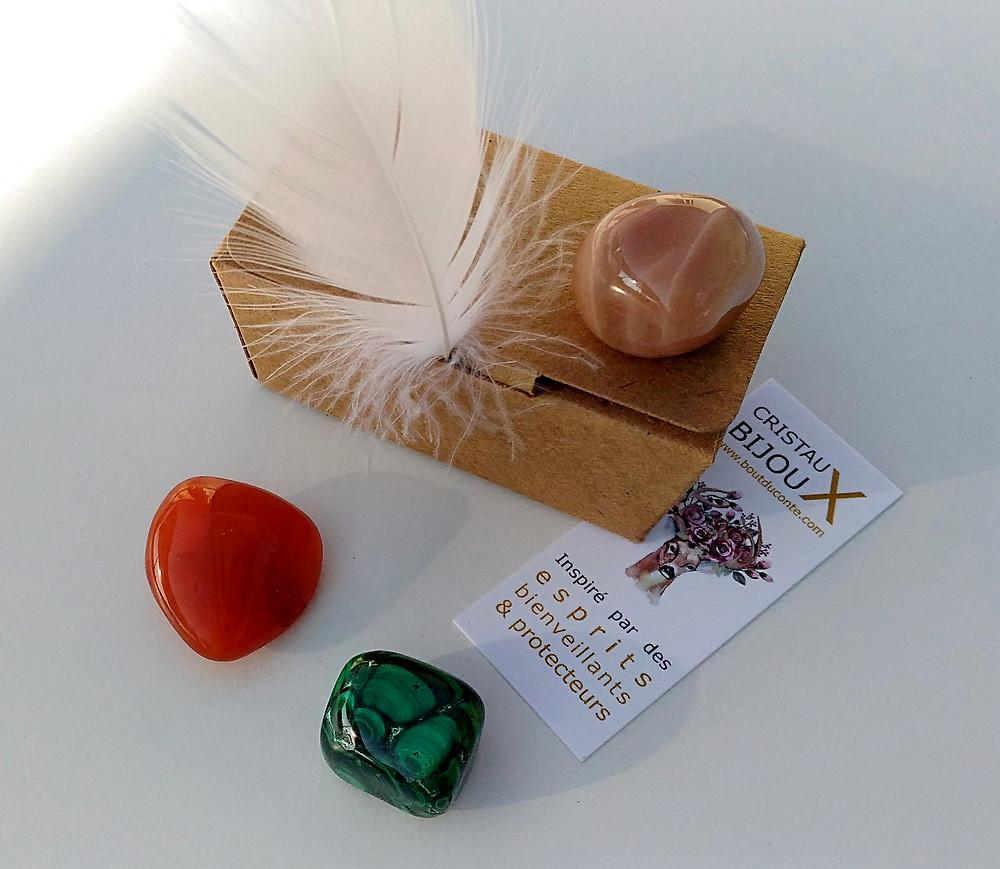 cornaline, pierre de lune et malachite, 3 pierres pour se relier au féminin sacré.