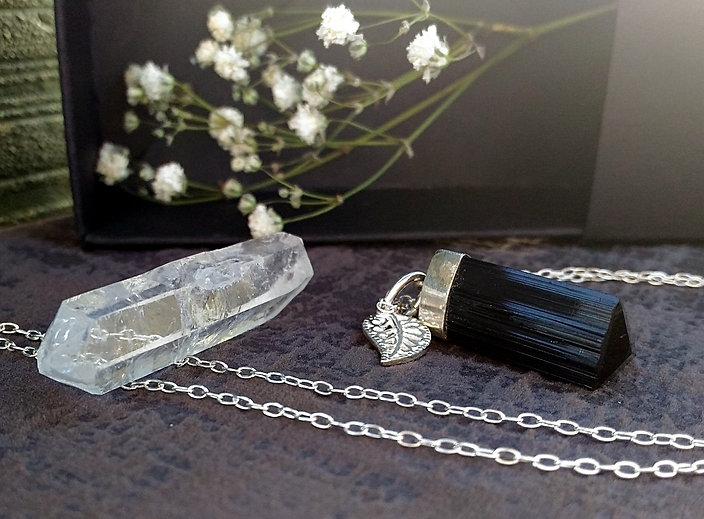 Vente en ligne pendentif tourmaline noire, collier. Bijoux pierre tourmaline noire, argent, matériaux nobles, bijou talisman, esprit minimaliste et bohème.