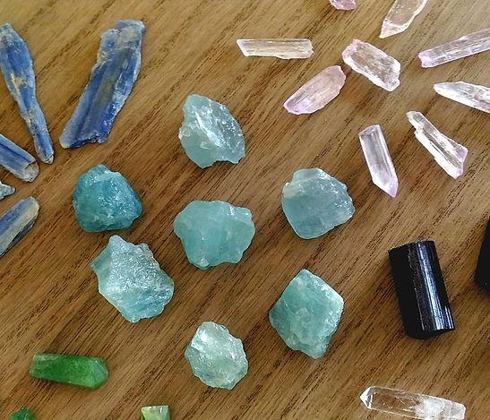 Pierres brutes pour lithothérapie et chakras. pierre brute pour lithothérapie et chakra. Pierres et cristaux.
