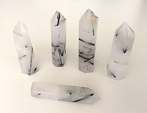 quartz tourmaliné poli, pointe et sphère polie pour lithothérapie et ancrage.