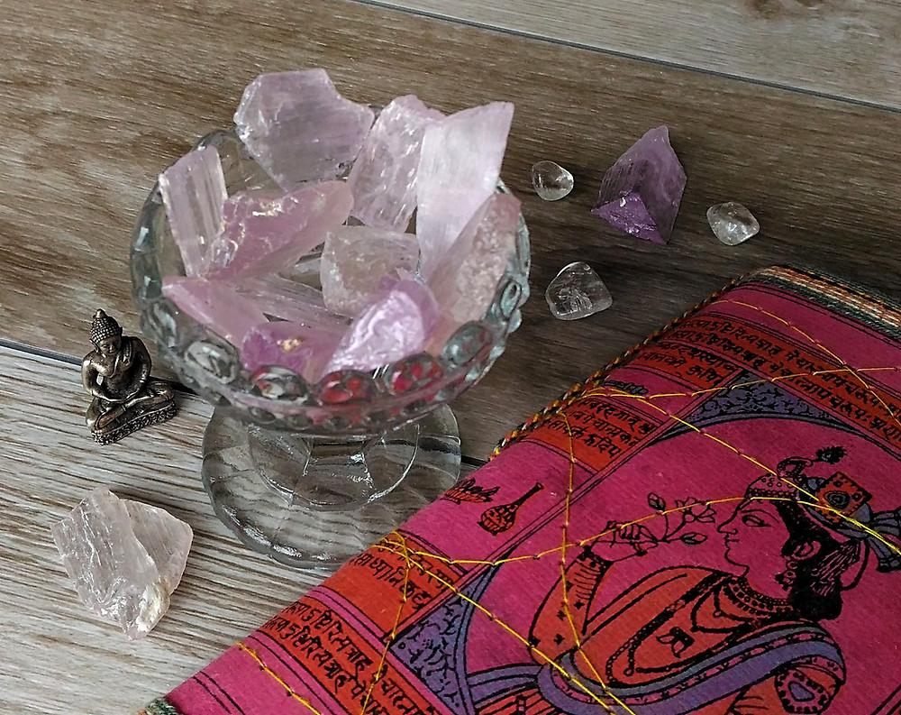 Propriétés et vertus de la kunzite, pierre du chakra du coeur. Modes de purification de la pierre.
