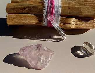 kunzite et lithothérapie, vertus et propriétés de la pierre.